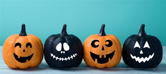 Smiling pumpkins in front of a blue background